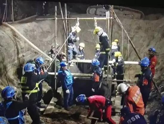蓝天救援队参与河北男童坠井救援
