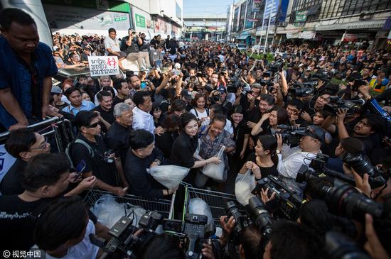 曼谷街头英拉的支持者