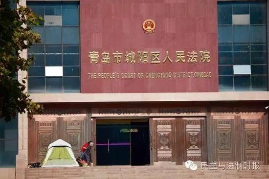 张翠云为了维权,索性搭帐篷住在了法院办公楼前……