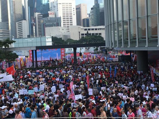 """香港数万民众集会""""反港独 撑释法"""""""