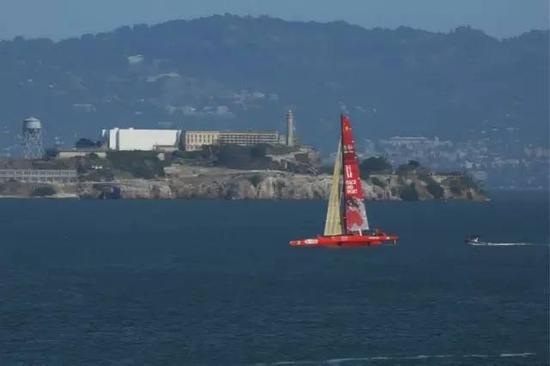 10月18日,中国航海家郭川驾驶三体帆船,在美国旧金山湾航行。图片来自网络