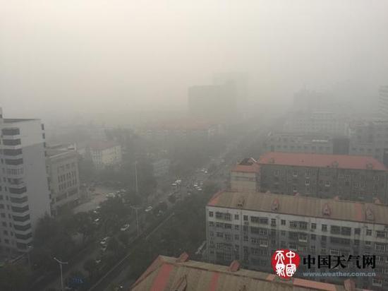 昨日上午9时,石家庄郊区能见度仅100米,交通拥挤。(高贝贝 拍照)