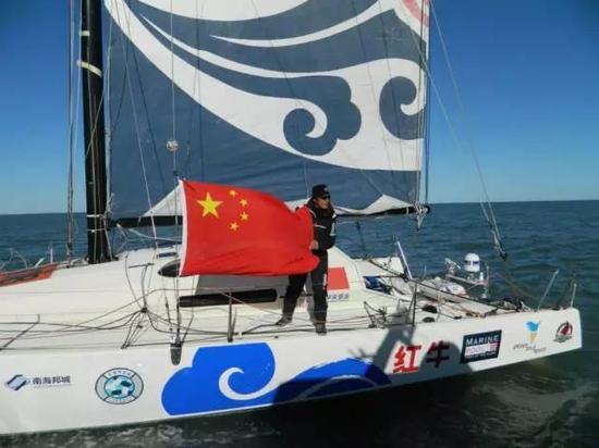 郭川在航行中挂起国旗。图片来自网络