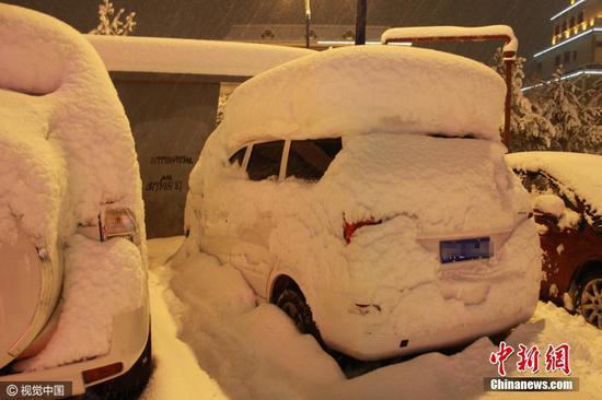 11月9日至15日,新疆阿勒泰地区持续暴雪,阿勒泰市、布尔津、青河、富蕴等县市积雪深度均在25厘米至34厘米之间,山区更是达到了50厘米至110厘米,积雪深度均破11月份历史最大极值。图为2016年11月15日夜,新疆阿勒泰迎大雪天气。图片来源:视觉中国