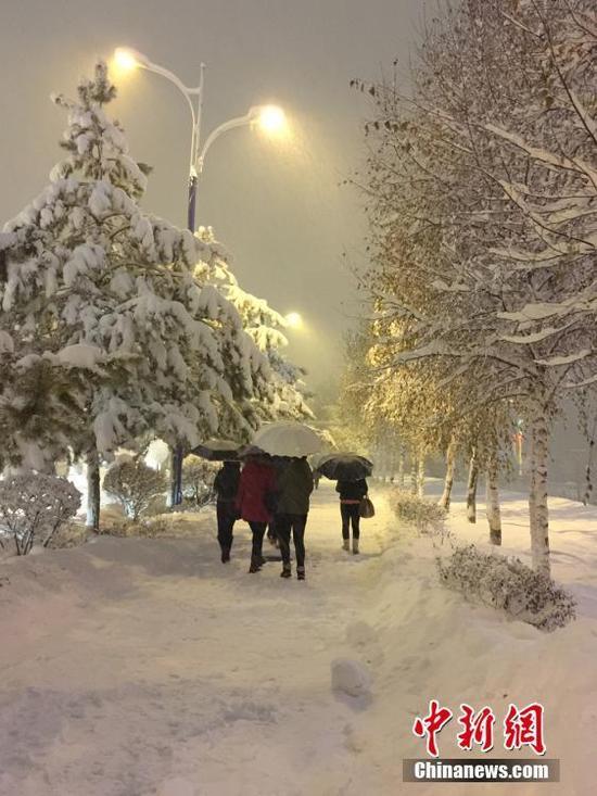 据悉,暴雪数日以来,阿勒泰交通运输系统,在阿勒泰境内干线公路,已出动抢险队员88人次,共清理积雪50.57万立方米,救援车辆38辆,救援人数175人。张军强 摄