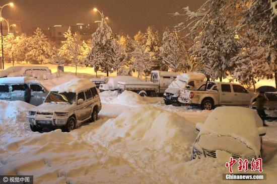 11月9日至15日,新疆阿勒泰地区持续暴雪,阿勒泰市、布尔津、青河、富蕴等县市积雪深度均在25厘米至34厘米之间,山区更是达到了50厘米至110厘米,积雪深度均破11月份历史最大极值。图片来源:视觉中国