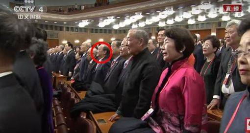 近距离拍到与会的新党主席郁慕明等人唱国歌时起立