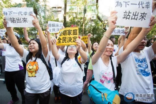 """反同志人士冲进""""立法院""""抗议。(图片来源:台湾""""东森新闻云"""")"""