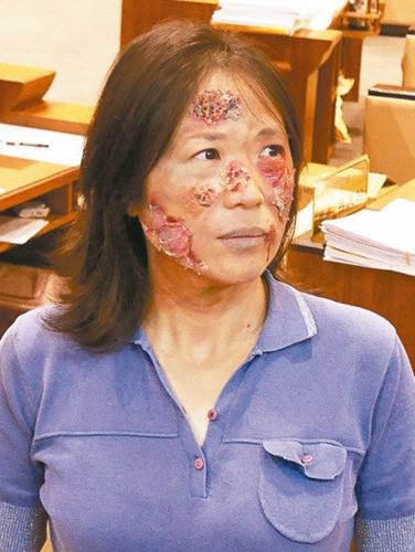 吕美玲化核灾妆(图),模样吓人。 台湾《联合报》记者吴淑君/摄影
