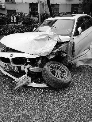 男子酒后驾豪车闹市连撞5车 之后弃车逃跑