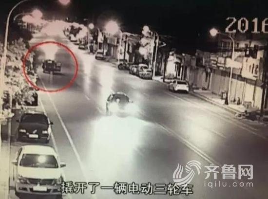 父子俩正在偷车