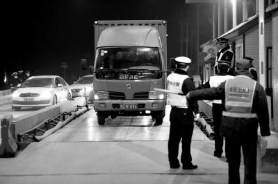 氛围重净化,市环保局作业人员在对进京的柴油车辆停止尾气排放审查。新华社发