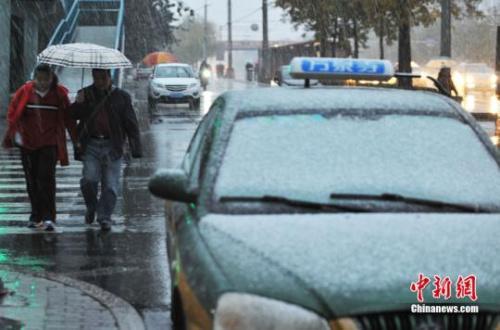 资料图:2015年11月6日,北京迎来入冬首场降雪。中新网记者 李霈韵 摄
