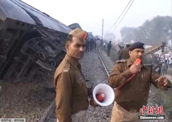 印度高速列车出轨已致96死150伤 或因铁轨断裂