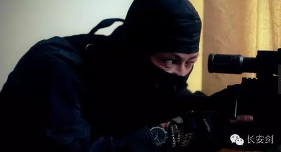 刘崇在狙击现场。(视频截图)