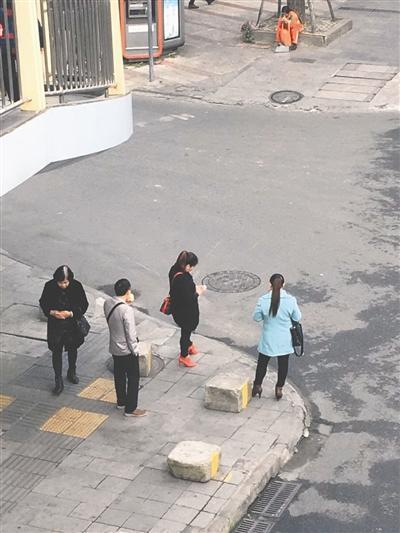这四人带病人到诊所后,正在等车