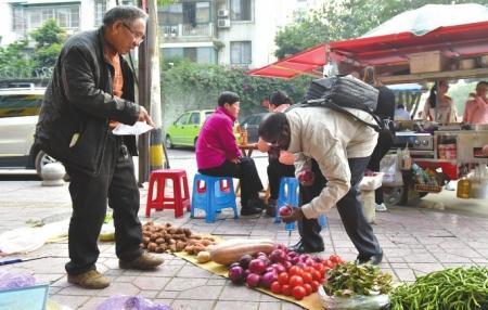 下班回家的路上,迪亚拉在路边的菜市场买菜,用四川话和老板砍价。