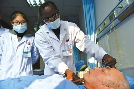 迪亚拉医生带着他的学生在病房里为病人扎针。