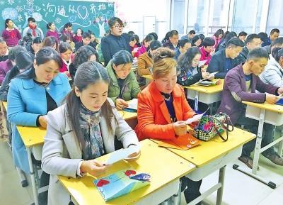 家长们仔细阅读班主任的信。