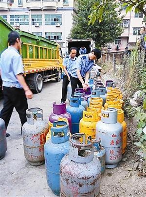 深圳待建空地查出337瓶黑煤气 与学校一路之隔