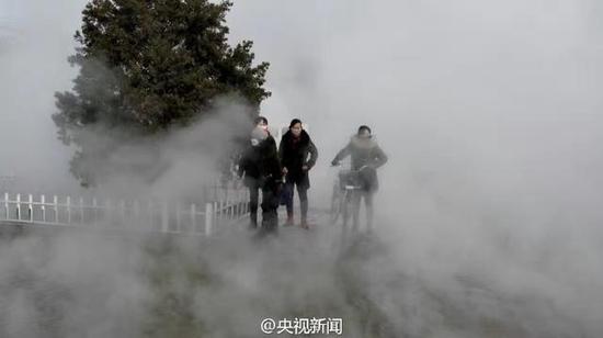 暖气管爆裂影响居民出行