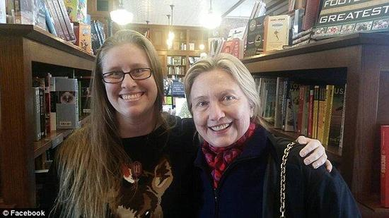 希拉里美国大选后与家人逛书店 有安保人员随行