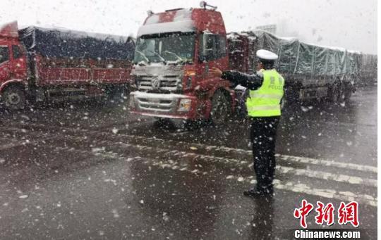 图为三门峡,交警在风雪中疏导车辆。 三门峡警方供图 摄