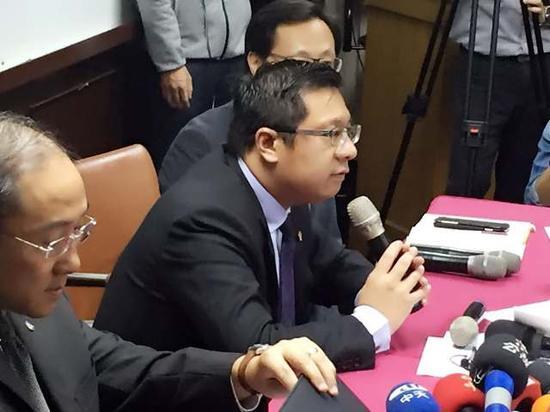 复兴航空董事长林明升(持话筒者)宣布董事会决议解散复兴航空,即日起全面停航