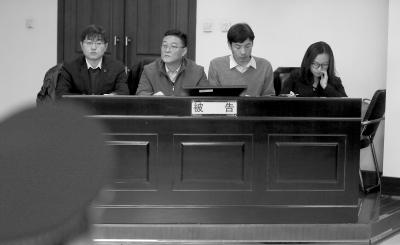 通州区城管局局长赵瑞恒(左二)出庭应诉。京华时报记者赵思衡摄