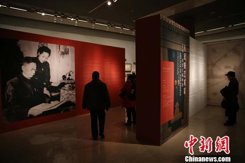 资料图:中国美术馆首次全面展示老舍夫妇藏品遗作。中新社发 杨可佳 摄