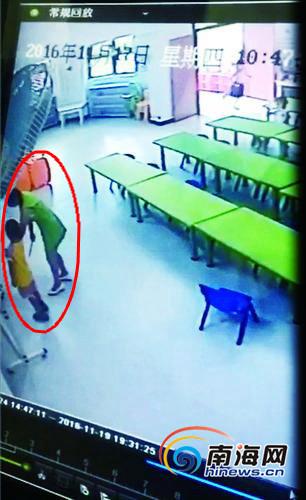 老师拿尺子打男童。(视频截图)