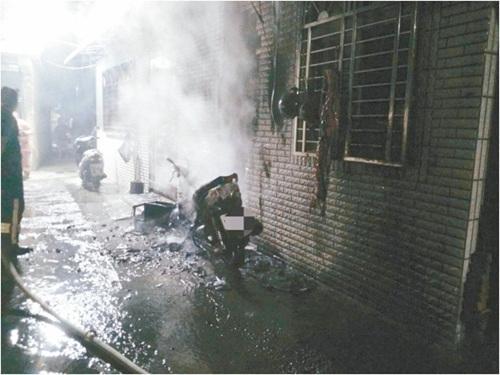 林姓男子不满带狗上班挨骂,泼汽油烧毁雇主家的摩托车。台湾《联合报》记者林孟洁/翻摄
