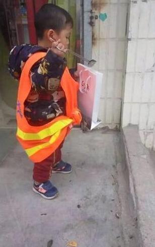 两岁萌娃捡垃圾照走红网络 家长称对孩子是锻炼