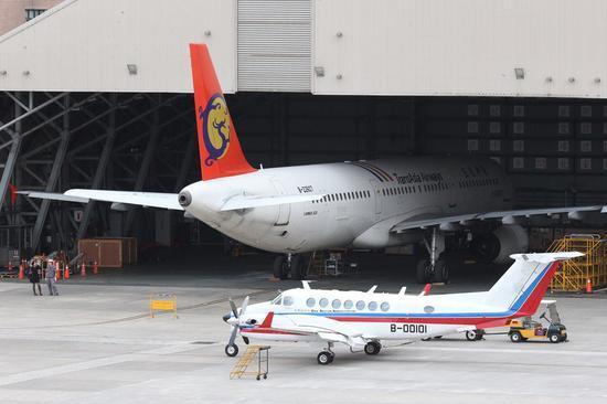 """复兴航空宣布解散,航线接手问题昨天意外上演一出""""院、部""""不同调戏码,引发""""立委""""热议。(图片来源:台湾《联合报》)"""