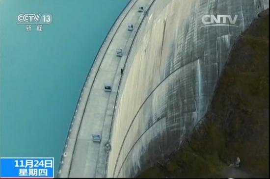 小伙从高180米大坝向下投篮成功