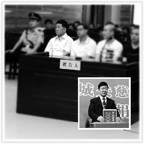"""大图:被告人席上的范光林(左一);小图:任城关镇""""一把手""""时的范光林"""