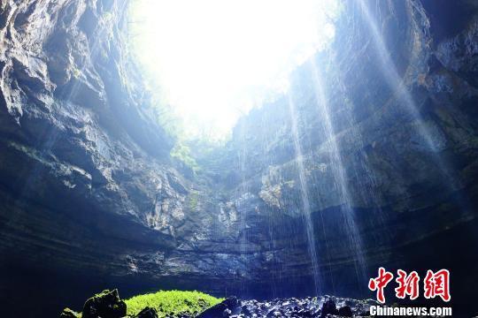 图为天悬天坑仰视图。陕西省国土资源厅供图