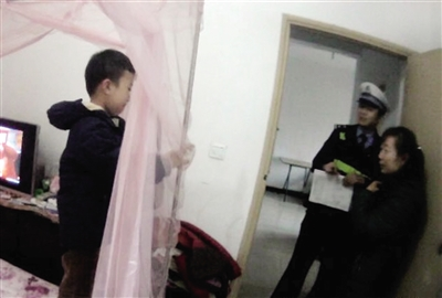 """6岁男孩独自在家又冷又怕报警""""求温暖"""""""