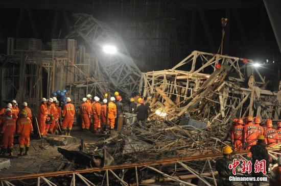 24日7时30分许,江西省宜春丰城电厂三期扩建工程D标段冷却塔平桥吊倒塌,造成上面模板混凝土通道坍塌。 刘占昆 摄