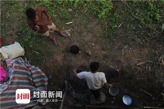 部分缅甸边民自己在河岸上搭建的临时的家