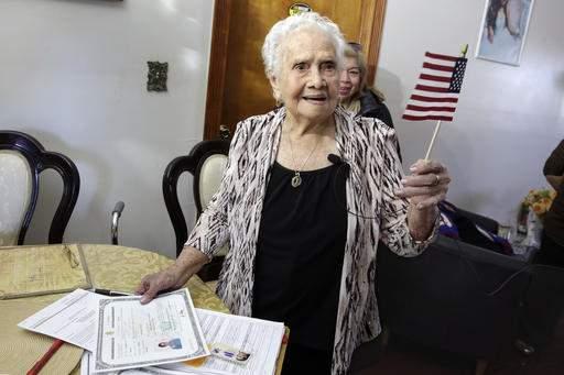"""99岁老人宣誓成为美国公民 与""""美国""""同名(图)"""
