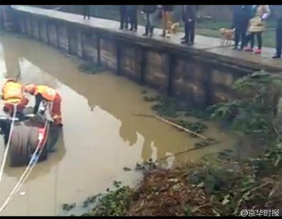 湖南私家车送孩子上学途中落水 车上5人遇难