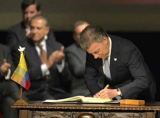 """哥伦比亚政府与游击队""""哥武""""签署和平协议"""