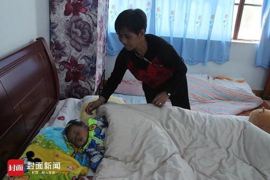 黄春华给5个月大的孙儿盖被子,这是孩子生命中经历的第一次逃亡