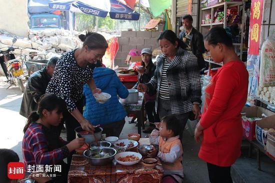 中午时分,从缅甸逃难过来的黄春华一家在兄弟王发聪家吃午饭