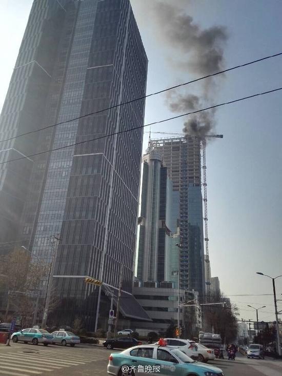 山东新闻大厦西侧在建大楼楼顶失火(图)