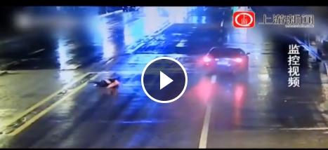女子低头玩手机过马路被撞飞 肇事司机无证驾驶