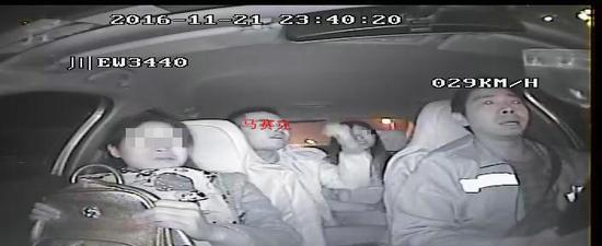 男乘客怀疑绕道,辱骂司机。