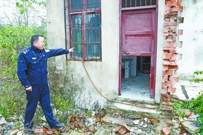 杜某躲藏的废弃屋。