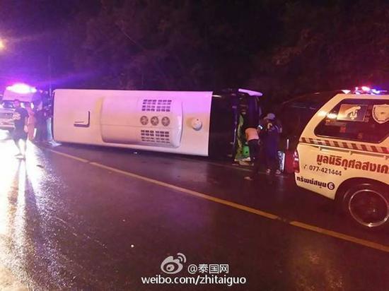 泰国一辆载有中国游客大巴发生事故,致10人受伤。(网络截图)
